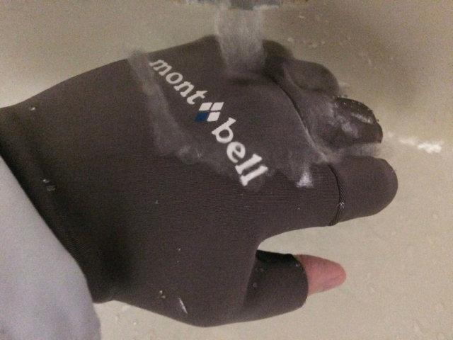 モンベルのネオプレンスリーフィンガーレスフィッシンググローブが水を弾いている様子その1